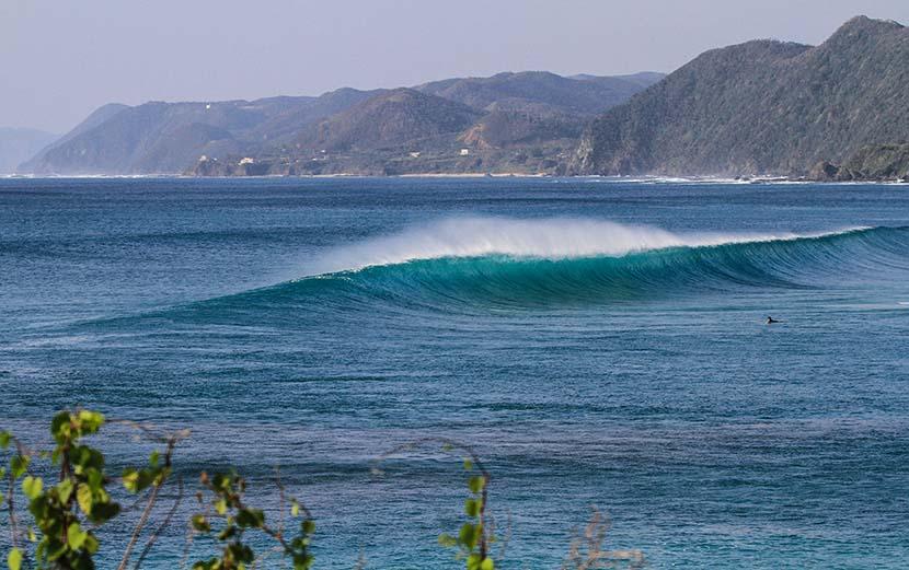 【サーフィン研究所】二月台風の奄美波魔獣_(1467文字)
