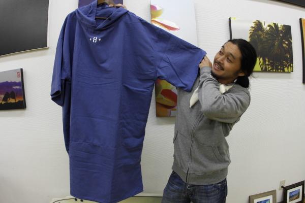メディア部長ヤザワ登場_これからの季節の必需品SURF8マイクロファイバーポンチョ